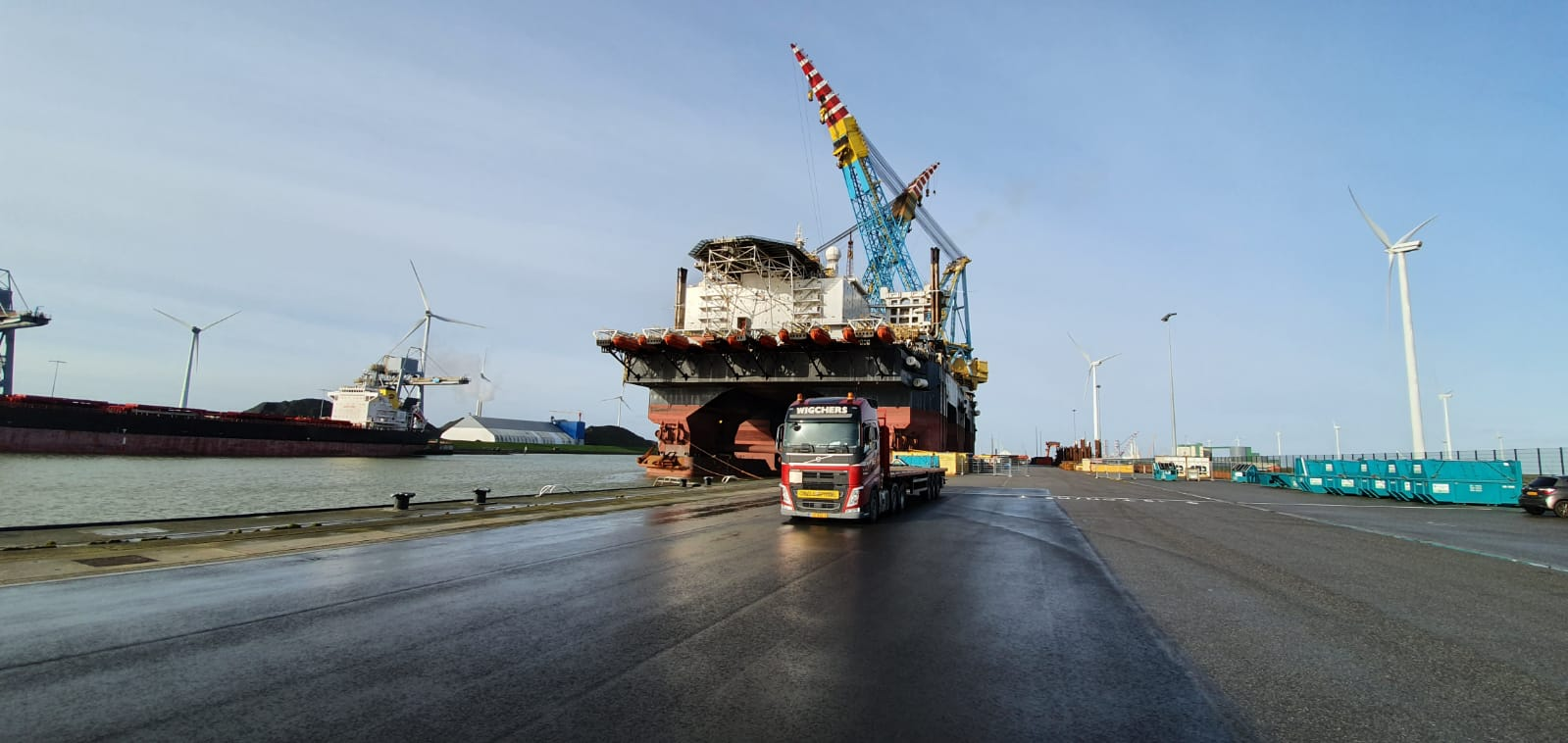 Eemshaven open transport vlakke trailer Wigchers